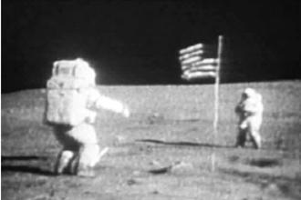 Sprong op de maan (havo voorbeeldexamen 2015, opg. 1)