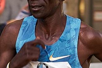 Keniaan Kipchoge legt als eerste atleet marathon binnen twee uur af